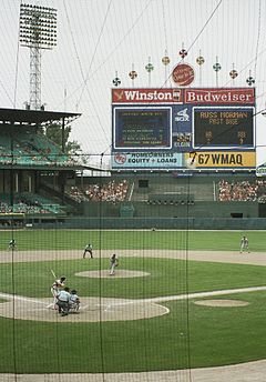 https://i1.wp.com/upload.wikimedia.org/wikipedia/commons/thumb/b/b2/Comiskey_Park_860817.jpg/240px-Comiskey_Park_860817.jpg