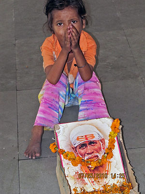 English: Beggar Girl at one of New Delhi's bus...