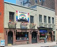 Stonewall Inn 2012 con bandiere gay-pride e banner.jpg