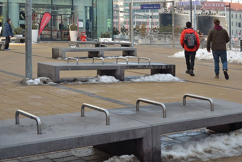 File:Westbahnhof, hostile benches 02.jpg