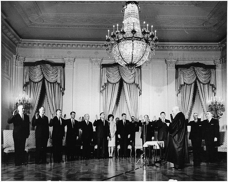 ウォーレン最高裁長官に宣誓するケネディ政権の各閣僚(1961年1月21日)