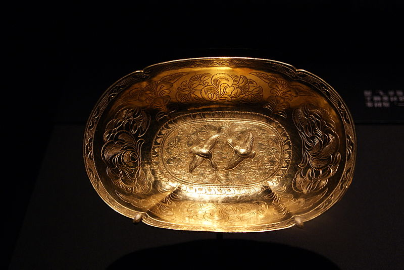 File:Oval lobed gold bowl from the Belitung shipwreck, ArtScience Museum, Singapore - 20110618-01.jpg