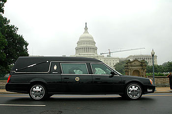 English: The hearse used to transport the body...