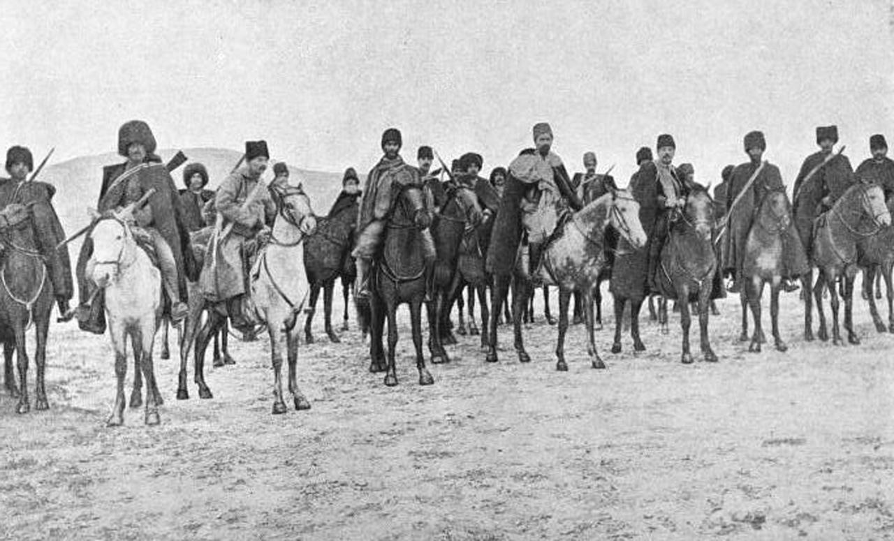 Une rangée de cavaliers.
