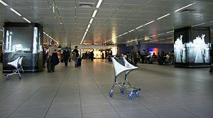 Français : L'intérieur d'un terminal de l'aéro...