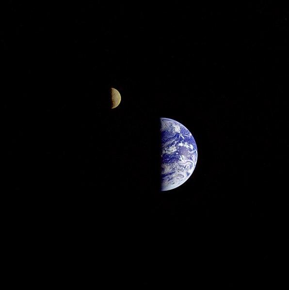 File:La Tierra y la Luna.Voyager 1.jpg