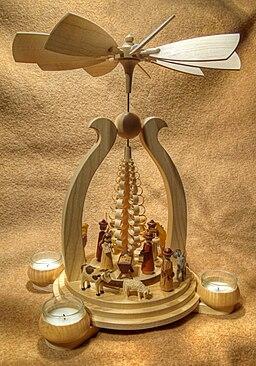 Moderne Weihnachtspyramide mit Krippe