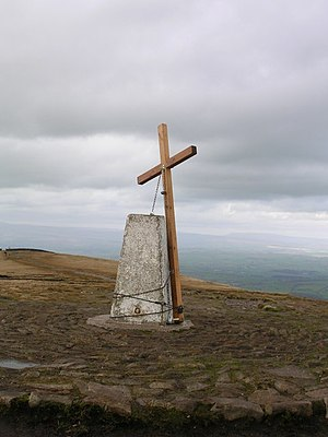 English: Pendle Summit, Easter 2009 A 7' high ...