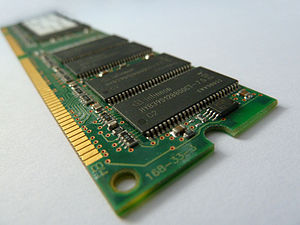 This image shows the chips on a RAM. Deutsch: ...