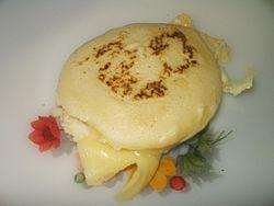 Arepa asada en horno o plancha rellena con queso amarillo