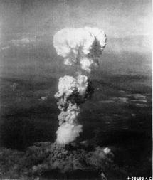 Nube de hongo sobre Hiroshima después de haber soltado la bomba Little Boy.