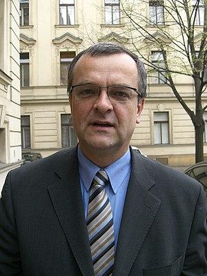 Česky: Ministr Miroslav Kalousek před zasedání...