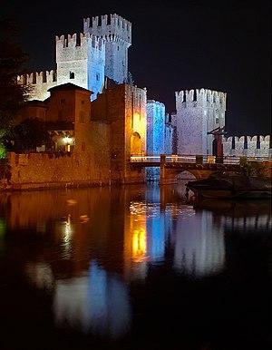 Sirmione castello scaligero di notte