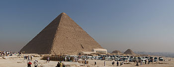 English: Tourist buses and the Great Pyramid o...