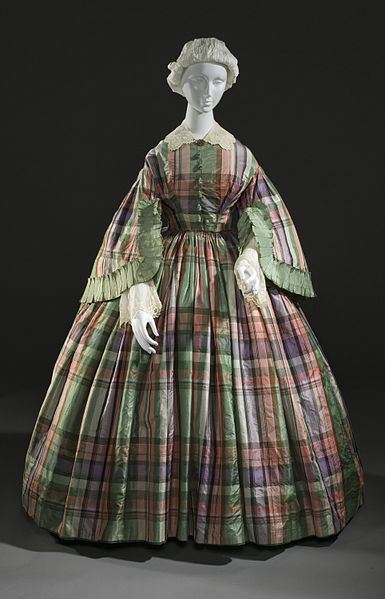 Istorija odevnih predmeta - Page 7 385px-Woman%27s_plaid_silk_taffeta_dress_c._1855