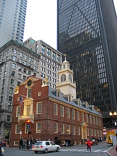 La Vieja Casa de Estado (Old State House) del siglo XVIII en Boston rodeada de edificaciones de los siglos XIX y XX.