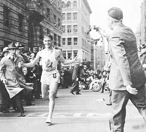 English: Gerard Cote winning the 1940 Boston m...