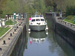 English: Canal boat entering Lock on the Thame...