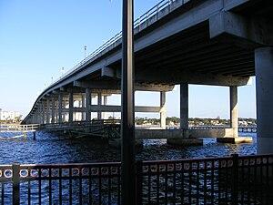 English: The Granada Bridge, carrying State Hi...