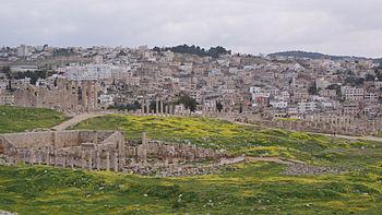 La antigua Gerasa con la actual Jerash al fondo.