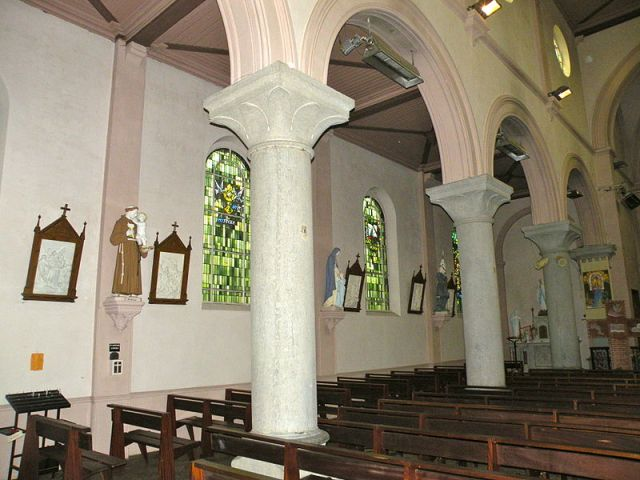 Fichier: Église Saint-Médard de Ferrière-la-Petite 01.JPG