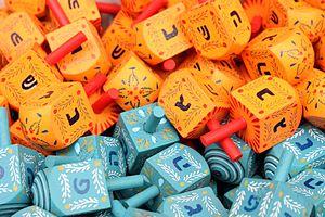 English: Colorful dreidels for sale in Machne ...