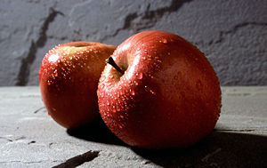 English: Two Fuji apples. In 1992, Washington ...