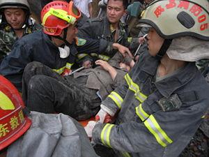 汶川大地震,都江堰一名老婦被困50小時後,成功獲消防人員救出。An elderly woma...