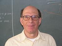 "//upload.wikimedia.org/wikipedia/commons/thumb/c/c3/AndrewTanenbaum.JPG/200px-AndrewTanenbaum.JPG"" porque contiene errores."