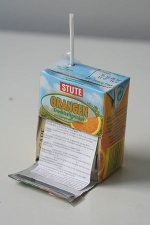 Cheat sheet in a juice box. Español: Chuleta o...