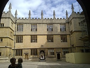 English: The courtyard of the Bodelian Library...