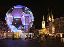 Globo em forma de bola de futebol em Nuremberga, Alemanha, como propaganda da Copa do Mundo de 2006. O torneio cresceu ao longo do tempo até se tornar a maior competição esportiva do planeta.