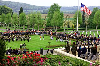 https://i1.wp.com/upload.wikimedia.org/wikipedia/commons/thumb/c/c6/U.S._and_French_service_members_participate_in_a_Memorial_Day_ceremony_May_26%2C_2013%2C_at_the_Aisne-Marne_American_Cemetery_and_Memorial_in_Belleau%2C_France_130526-M-XI134-015.jpg/320px-thumbnail.jpg