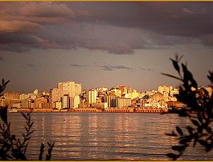 {{pt|Centro de Porto Alegre, Brasil, ao pôr-do...