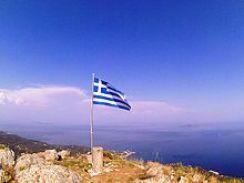 Η ελληνική σημαία στην κορυφή του όρους Ημεροβίγλι, νήσος Οθωνοί