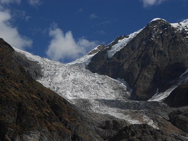 https://i1.wp.com/upload.wikimedia.org/wikipedia/commons/thumb/c/c9/Pindari_glacier%2C_Uttarakhand%2C_India.jpg/640px-Pindari_glacier%2C_Uttarakhand%2C_India.jpg?w=700
