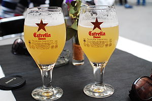 Español: Dos vasos de cerveza Estrella Damm.