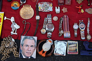 English: Trinkets at fleamarket in Leon, Guana...