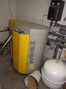Warmwasser-Zentralheizung für Wohnhaus mit Holzpellets als Brennstoff. Der runde weiße Behälter ist das Membranausdehnungsgefäß