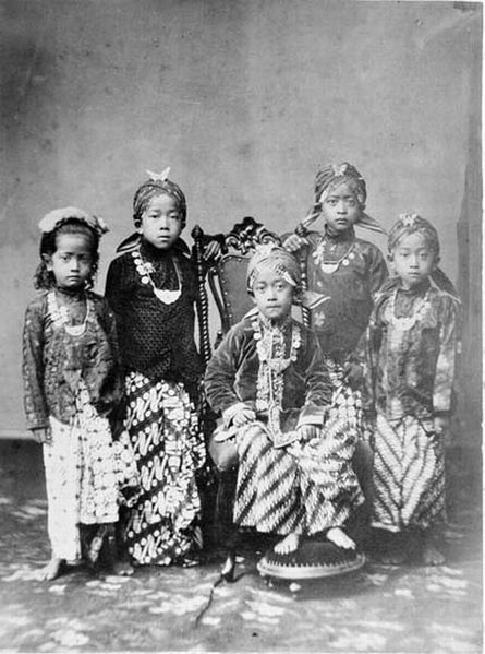 File:COLLECTIE TROPENMUSEUM Prinsen en prinsessen in de kraton van Jogjakarta TMnr 60001477.jpg