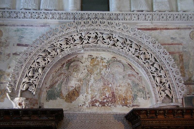 Archivo:Cividale 0904 Tempietto Longobardo interior 2.jpg