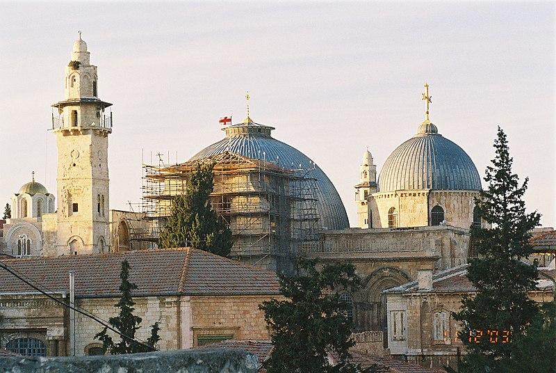 les deux domes du Saint-Sépulcre et le minaret de la mosquée d'Omar à gauche