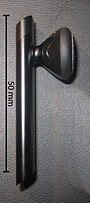 Das Bluetooth-Headset des iPhone. Auf der Oberseite des Mikrofonarms die Taste zum Annehmen von Gesprächen.