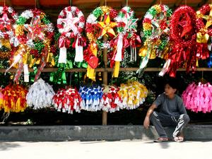 A Filipino vendor selling Parols.