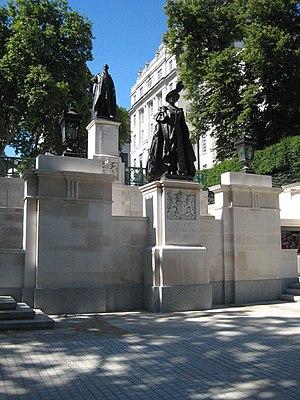 Statue of Queen Elizabeth, the Queen Mother, i...