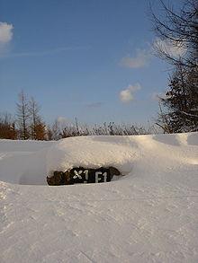 Wegmarkierung im Schnee