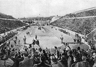 Η είσοδος του Λούη στο ολυμπιακό στάδιο,συνοδευόμενος στα τελευταία μέτρα από τον πρίγκηπα Κωνσταντίνο.