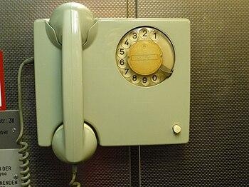 Deutsch: Telefon in einem Aufzug
