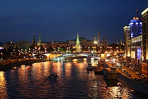 Kremlin nocturno desde el río Moscú