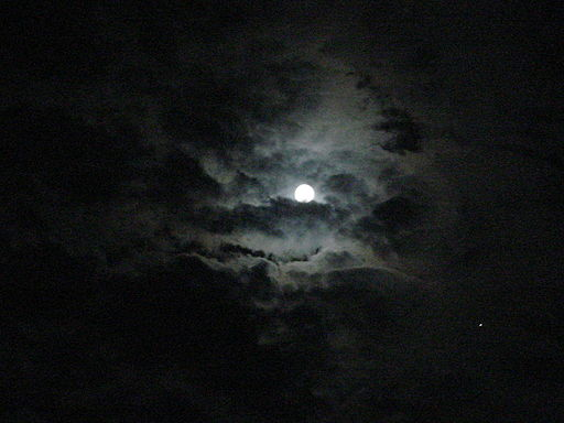 https://i1.wp.com/upload.wikimedia.org/wikipedia/commons/thumb/d/d3/MoonClouds.JPG/512px-MoonClouds.JPG